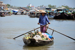 Fartygsäljare på Mekong som svävar marknaden Arkivfoton