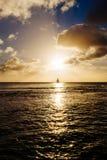 Fartygsegling och nivå som tar av på solnedgången Royaltyfri Foto