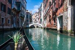 Fartygsegling på en kanal i Venedig Arkivfoto