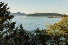 Fartygsegling på soluppgång i den Tillamook fjärden av kusten av Oregon, USA fotografering för bildbyråer