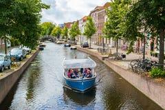 Fartygsighten turnerar på den Rapenburg kanalen i Leiden, Nederländerna Royaltyfria Bilder