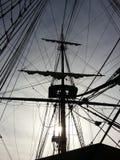 Fartygskeppmast till och med solljus San Diego Pier arkivbild
