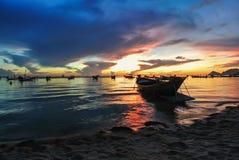 Fartygsolnedgångskymning på stranden Royaltyfria Foton