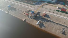Fartygstation eller f?rt?ja f?r fartyg, flyg- filmande fr?n surret lager videofilmer