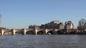 Fartygtrafik under Pont Neuf på Seinet River - Paris, Frankrike stock video