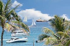 Fartygtrafik väljer upp, som helgen nears ett slut Dessa seglar, och segelbåtar börjar turen för hem- port arkivbilder