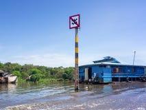 Fartygtrafiktecknet på Tonle underminerar sjön i Cambodja Arkivfoton