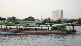 Fartygtransport i Chao Phraya River stock video