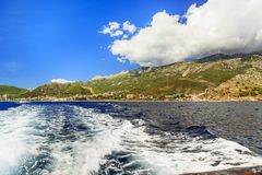 Fartygtur längs Budvaen Riviera, Montenegro Royaltyfri Bild