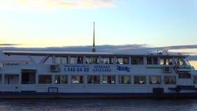 Fartygtur på den Neva floden, afton petersburg saint lager videofilmer