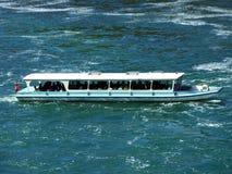 Fartygturer längs Rhinet Falls eller Schifffahrten f.m. Rheinfall, Neuhausen är Rheinfall arkivbild