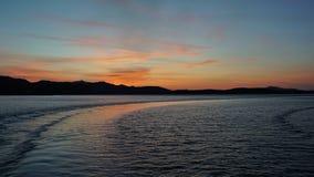 Farväl Sardinia Efter avvikelsen från porten av den Golfo Aranci solnedgången Sardinia royaltyfri fotografi