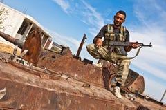 FAS combatiente que presenta en el tanque, Azaz, Siria. Imagen de archivo