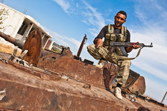 FAS-vechter het stellen op tank, Azaz, Syrië. Stock Afbeelding