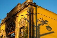 Fasad övergiven byggnad i Porto den gamla staden Arkivfoton