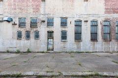 Fasad av övergiven byggnad med fönster och dörren, i Davenport, Iowa, USA royaltyfri foto