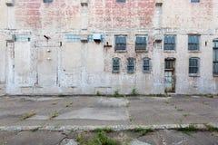 Fasad av övergiven byggnad med fönster och dörren, i Davenport, Iowa, USA royaltyfri bild