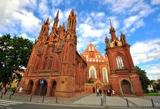 Fasad av Bernardine den gotiska kyrkan i Vilnius, Litauen Arkivfoton