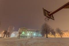 Fasad av byggnad för gammal skola för ligganderussia för 33c januari ural vinter temperatur natt Royaltyfria Bilder