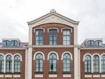 Fasad av byggnad för gammal skola, nu universitet, i Leiden som är undre Royaltyfri Foto