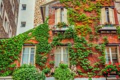 Fasad av byggnad i Paris royaltyfri foto