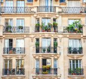 Fasad av byggnad i Paris arkivfoton