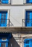 Fasad av byggnad med balconys någonstans i Malta Fotografering för Bildbyråer
