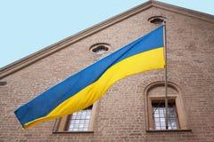 Fasad av byggnad med den ukrainska flaggan i Dusseldorf Royaltyfri Bild