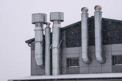 Fasad av byggnaden med ventilation i vintern arkivfoto