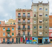 Fasad av de gamla husen i Barcelona, Spanien Royaltyfria Bilder