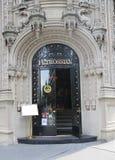 Fasad av den berömda Petrossian restaurangen i midtownen Manhattan Arkivfoton