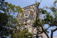 Fasad av den Biblioteca för centralt arkiv centralen på det Ciudad Universitaria UNAM universitetet i Mexico - stad - Mexico nord royaltyfria bilder