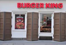 Fasad av den Burger King restaurangen i gatan Arkivfoton