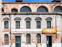 Fasad av den Chiesa di san silvestro fadern i Venedig Royaltyfria Bilder