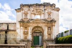 Fasad av den förstörda kyrkan - Antigua, Guatemala Royaltyfria Foton