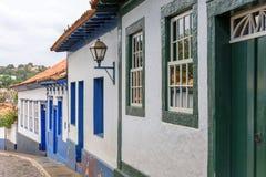 Fasad av den gamla gatan och hus i kolonial stil royaltyfria bilder