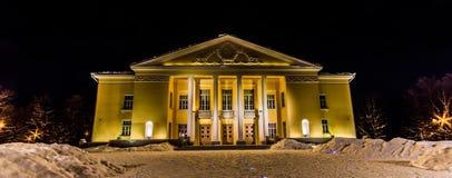 Fasad av den gamla sovjetiska teatern för ligganderussia för 33c januari ural vinter temperatur natt Arkivbild