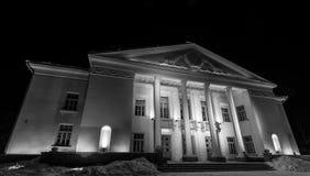 Fasad av den gamla sovjetiska teatern för ligganderussia för 33c januari ural vinter temperatur natt den svarta flickan döljer wh Royaltyfri Fotografi