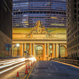 Fasad av den Grand Central terminalen på skymning i New York royaltyfri foto