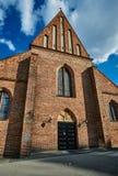 Fasad av den katolska gotiska kyrkan Arkivbild