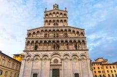 Fasad av den kyrkliga basilikan för Chiesa di San Michele in foro St Michael Roman Catholic på den piazzaSan Michele fyrkanten i  royaltyfri fotografi