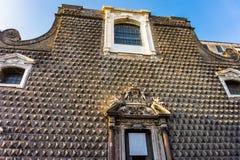 Fasad av den kyrkliga Gesuen Nuovo av Naples med pyramidala utstötningar arkivfoto