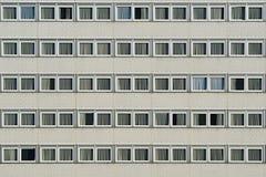 Fasad av den moderna byggnaden med många fönster Arkivfoto