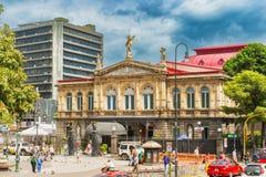 Fasad av den nationella teatern av Costa Rica i mitten av Sa royaltyfri foto