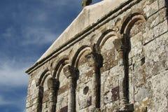 Fasad av den romanska kyrkan av San Nicola di Trullas Semestene Arkivbilder