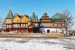 Fasad av den stora träslotten i Kolomenskoe Arkivfoton