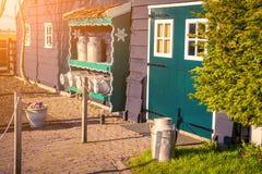 Fasad av det autentiska Holland gamla huset i den Zaanstad byn Arkivfoton