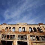 Fasad av det gamla förstörda huset Royaltyfria Foton