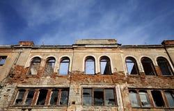 Fasad av det gamla förstörda huset Arkivbild