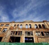 Fasad av det gamla förstörda huset Bred vinkelsikt Fotografering för Bildbyråer